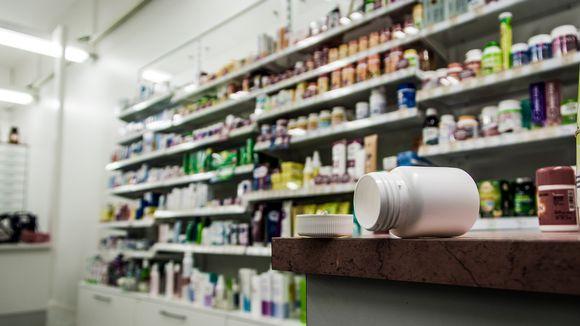 Lääkepurkki auki apteekin pöydällä.