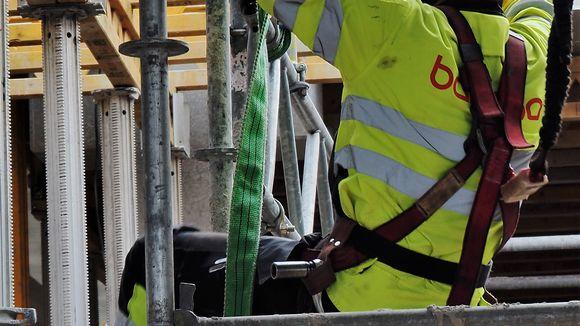 Rakennusmies turvavaljaissa rakennustyömaalla.
