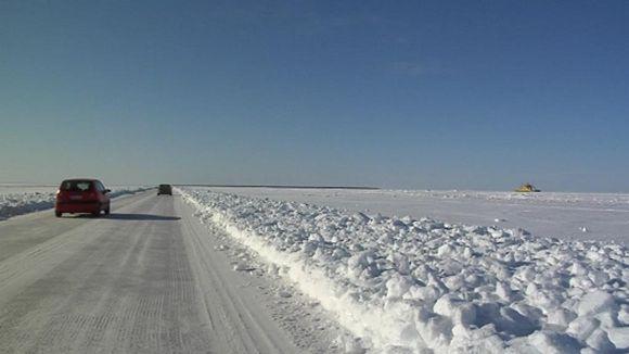 Hailuotoon kuljetaan pakkastalvina jäätietä pitkin.