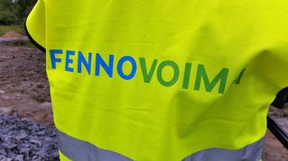 Fennovoiman logo työmaan turvaliivissä.