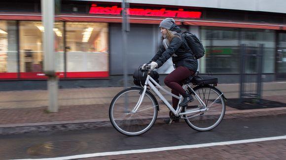 Pyöräilijä ajaa pyöräkaistalla Hallituskatua Oulussa.
