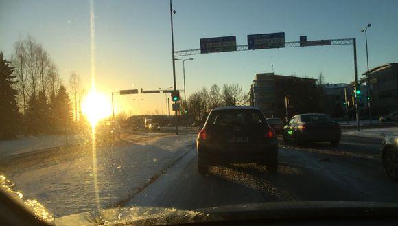 Aurinko horisontin yläpuolella Limingantullissa Oulussa