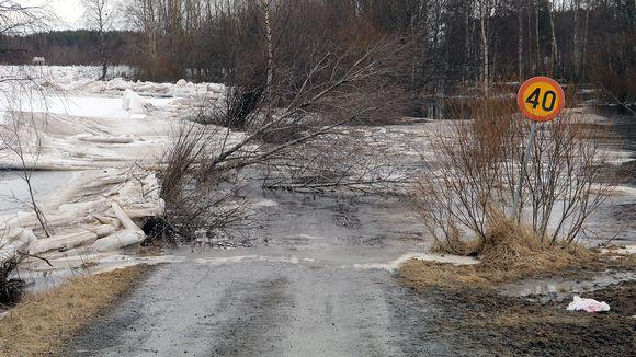 Tulva on katkaissut tien.