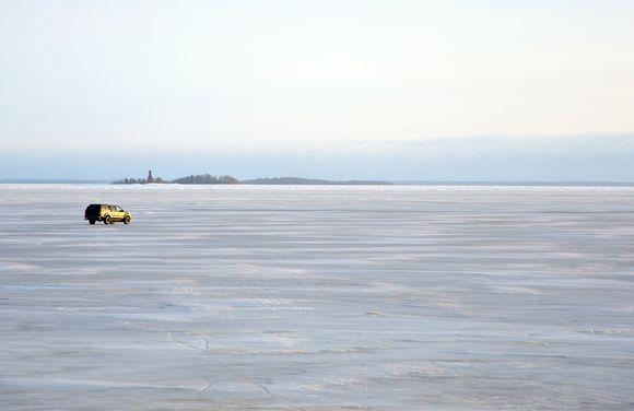 Auto jäällä Hailuodon edustalla