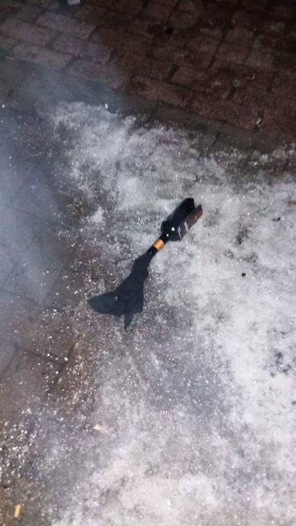 Telttaa kohden heitettiin silminnäkijän mukaan kahdesta kolmeen pulloa.