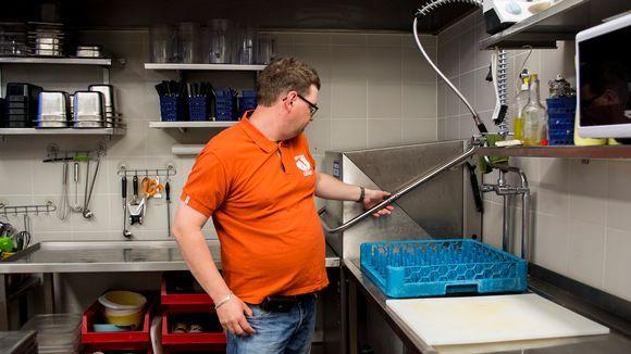 Rami Laurila odottaa tiskikoneen pesemistä