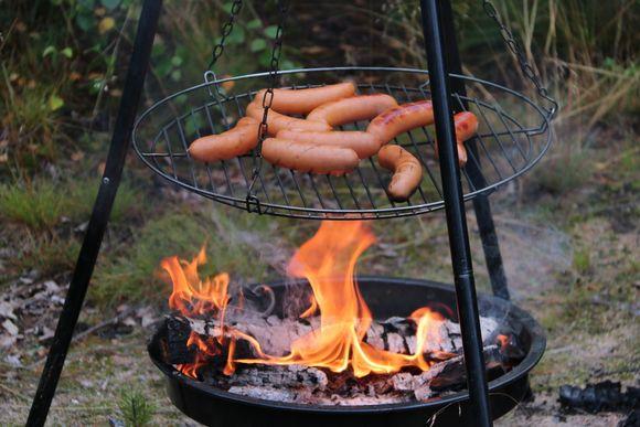 Makkaroita paistuu grillin tulen loimussa.