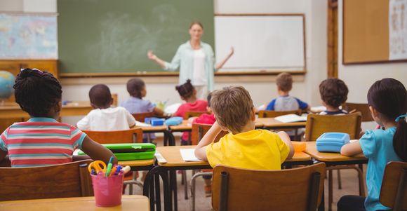 Täysi luokkahuone alakoulussa.