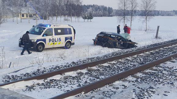 Henkilöauto romuttui törmättyään junaan Laihialla.