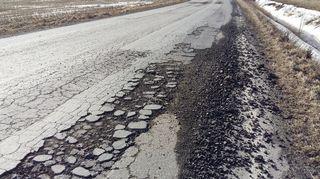 Routavaurioita tiellä