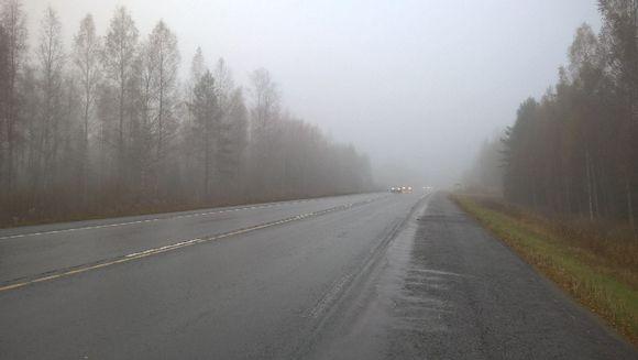 Sateinen tie ja heikko näkyvyys.