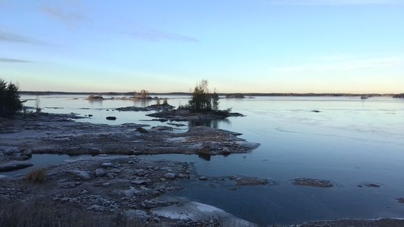 Vesi pakenee Hirvijärven rannoilta. Järven pinta ei sen mittaushistorian aikana ole koskaan ollut näin alhaalla.