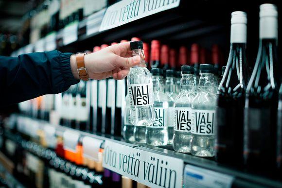 Alko lanseeraa kesäkuussa uuden Välivesi-pulloveden, jonka raaka-aine tulee Kurikasta. Tuotteen myös pakkaa kurikkalainen Pramia Oy.