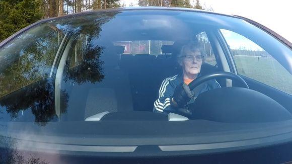 Tuovi Niemelä ajaa autollaan