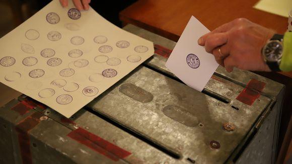 Äänestyslippua laitetaan uurnaan.