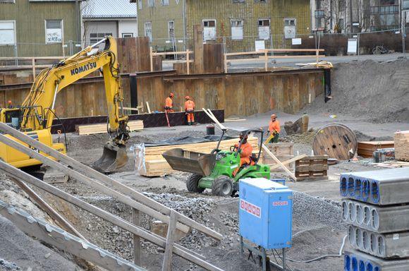 Rakennusalan työntekijöitä Peabin kerrostalotyömaalla Seinäjoella.