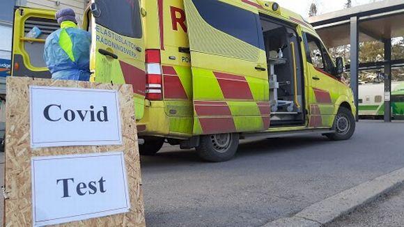 Henkilökunta laittaa koronatestauspaikkaa ja -ambulanssia kuntoon Vaasan rautatieasemalla.