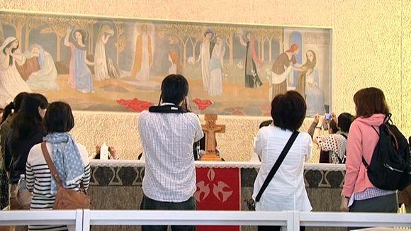 Japanilaisturistit tulivat Teuvalle katsomaan Tove Janssonin maalaamaa alttaritaulua.