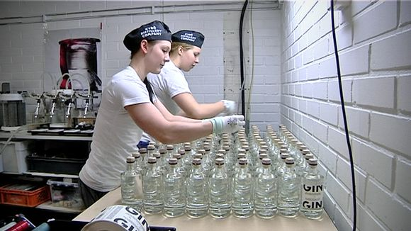 Marianne Aheinen ja Juulia Rinta pullottavat palkittua juomaa.