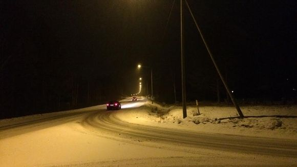 Autoja tiellä pimeässä