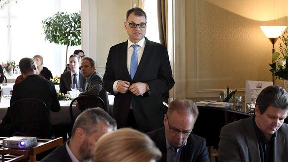 Pääministeri Juha Sipilä politiikan toimittajien lounastilaisuudessa virka-asunnollaan Kesärannassa.