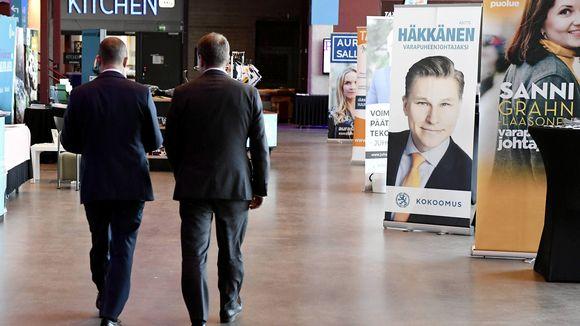 Petteri Orpo ja Jan Vapaavuori poistuvat yhdessä lehdistötilaisuudesta. kokoomuksen puoluekokouksessa