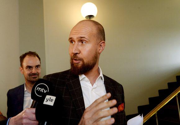 Vihreiden puheenjohtaja Touko median piirittämänä eduskunnassa Helsingissä 6. syyskuuta.