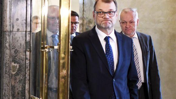 Pääministeri Juha Sipilä, työministeri Jari Lindström ja kokoomuksen eduskuntaryhmän puheenjohtaja Kalle Jokinen saapuivat tapaamaan mediaa eduskunnan Valtiosaliin ennen eduskunnan kyselytuntia
