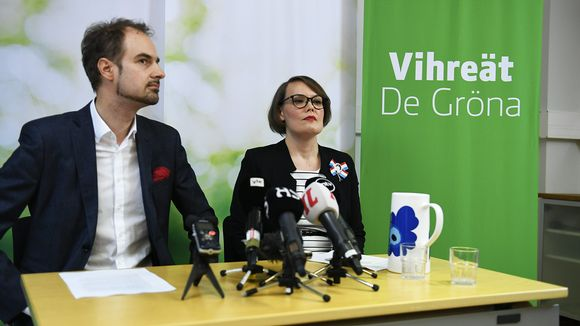 Puoluesihteeri Lasse Miettinen ja puoluevaltuuskunnan puheenjohtaja Kaisa Hernberg Vihreiden tiedotustilaisuudessa.