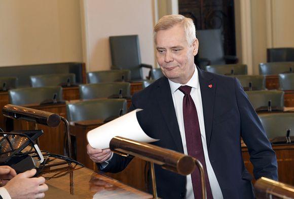 SDP:n puheenjohtaja Antti Rinne uusien kansanedustajien valtakirjojen tarkastuksessa.