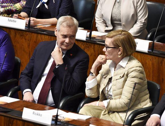 Sdp:n puheenjohtaja Antti Rinne ja kokoomuksen Paula Risikko aloittamassa uuden eduskunnan ensimmäistä täysistuntoa