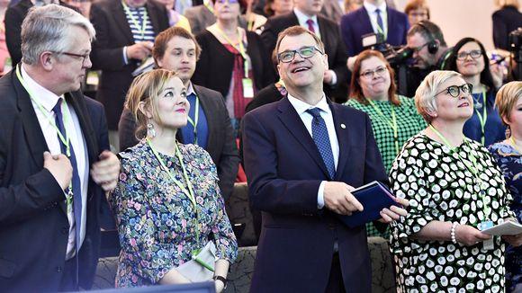 Keskustan Juha Rehula (vas), varapuheenjohtaja Katri Kulmuni puheenjohtaja Juha Sipilä ja Anu Vehviläinen keskustan puoluevaltuuston vuosikokouksessa Riihimäellä lauantaina 27. huhtikuuta.