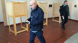 Jouni Nissinen ja Pertti Ahola äänestämässä.