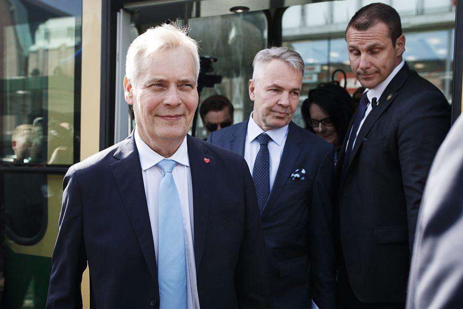 Antti Rinne ja Pekka Haavisto jäämässä pois ratikasta.