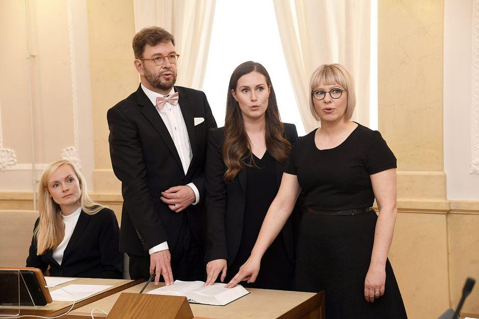 Työministeri Timo Harakka, liikenne- ja viestintäministeri Sanna Marin ja sosiaali- ja terveysministeri Aino-Kaisa Pekonen antoivat virka- ja tuomarinvakuutuksen järjestäytymisistunnoksi kutsutussa valtioneuvoston yleisistunnossa