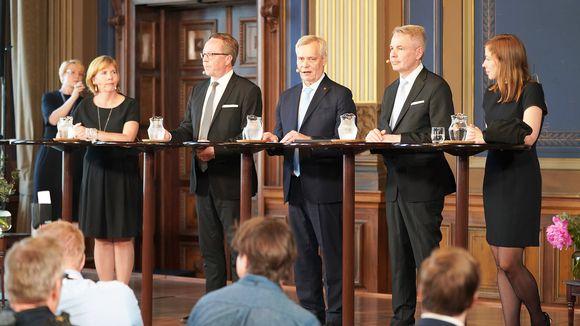 Anna-Maja Henriksson, Mika Lintilä, Antti Rinne, Pekka Haavisto ja Li Andersson hallituksen tiedotustilaisuudessa Säätytalossa.