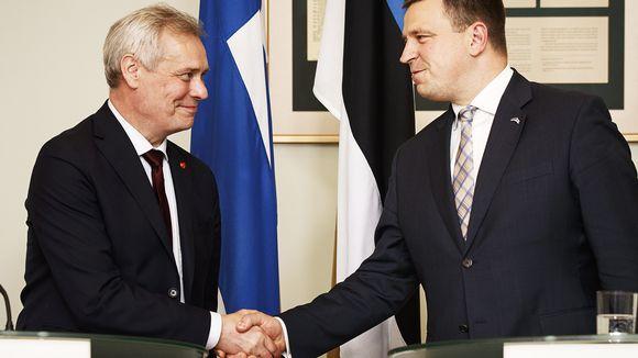 Pääministeri Antti Rinne ja Viron pääministeri Juri Ratas kättelevät lehdistötilaisuudessa tapaamisensa jälkeen Stenbocki Majassa Tallinnassa.