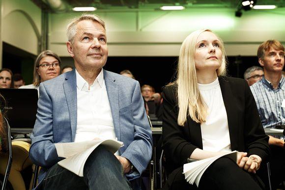 Vihreiden väistyvä puheenjohtaja Pekka Haavisto ja uudeksi puheenjohtajaksi ehdolla oleva Maria Ohisalo vihreiden puoluekokouksessa Porissa.
