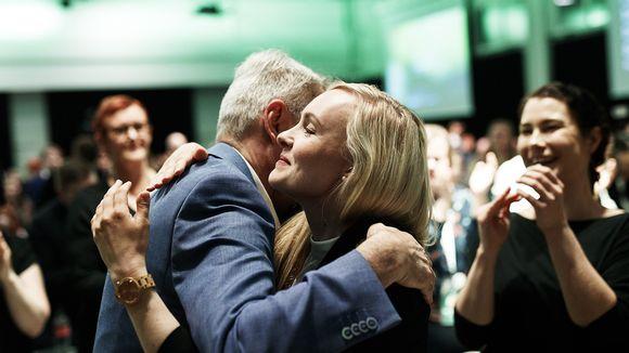 Vihreiden väistyvä puheenjohtaja Pekka Haavisto onnittelee uudeksi puheenjohtajaksi valittua Maria Ohisaloa