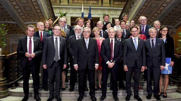 Suomen hallitus ja komission vieraat ryhmäkuvassa Säätytalolla