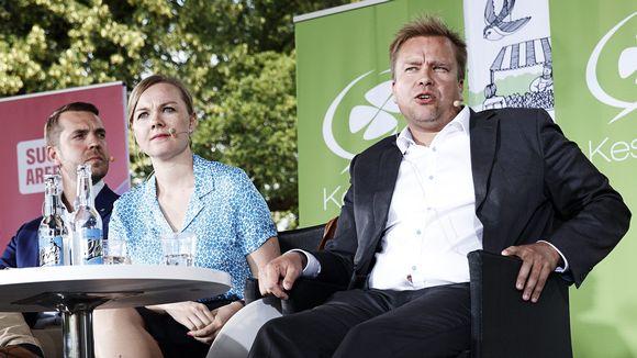 Keskustan kansanedustajat Jouni Ovaska sekä puheenjohtajaehdokaat Katri Kulmuni ja Antti Kaikkonen (oik) Suomi-Areenan keskustan puoluepäivän keskustelutilaisuudessa.