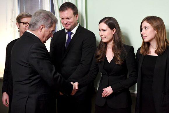 Presidentti Niinistö Kättelee Sanna Marinia.