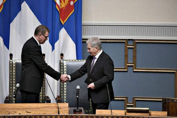 Eduskunnan puhemies Matti Vanhanen (vas.) ja presidentti Sauli Niinistö kättelevät valtiopäivien avajaisissa eduskunnan istuntosalissa Helsingissä 5. helmikuuta 2020.