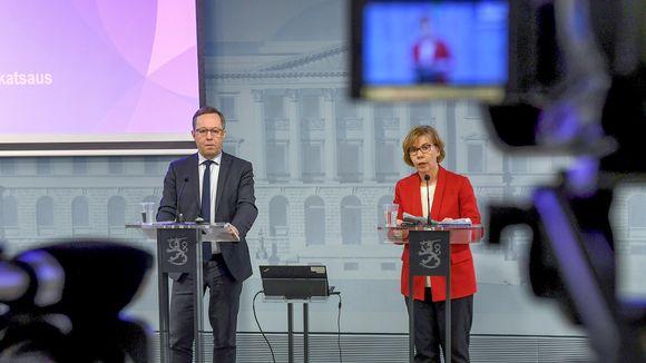 Elinkeinoministeri Mika Lintilä ja oikeusministeri Anna-Maja Henriksson hallituksen koronatilannekatsauksessa Helsingissä 3. huhtikuuta.