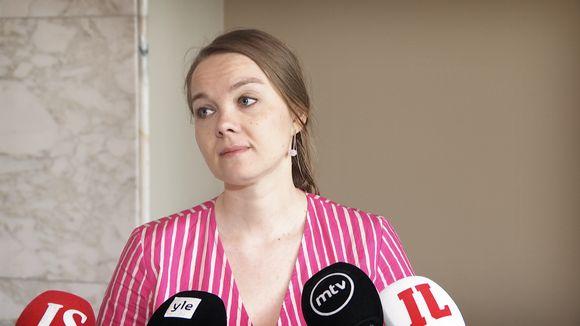 Katri Kulmuni tiedotustilaisuudessa 5. kesäkuuta.