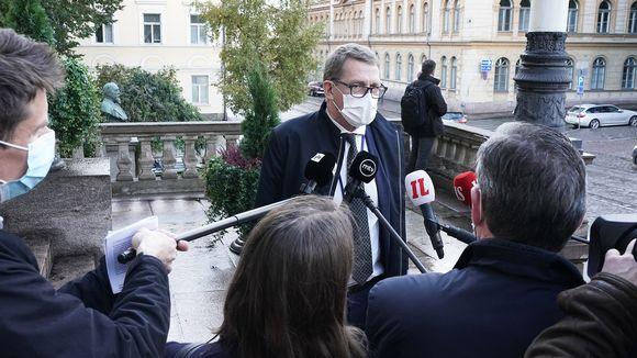 Valtiovarainministeri Matti Vanhanen Säätytalon portailla.