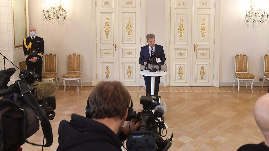 Presidentti Sauli Niinistö puhuu Yhdysvaltojen presidentinvaalien tulosta käsittelevässä mediatapaamisessa Presidentinlinnassa