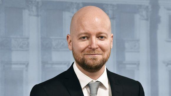 Opetusministeri Jussi Saramo tiedotustilaisuudessa Valtioneuvoston linnassa.