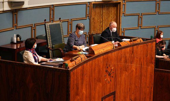 Tarja Filatov johtaa puhetta eduskunnassa.