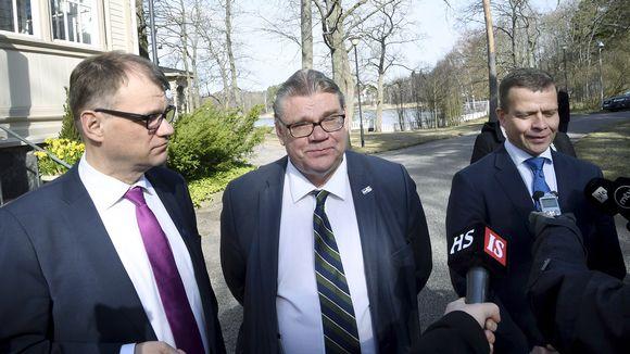 Kuvassa vasemmalta pääministeri Juha Sipilä, ulkoministeri Timo Soini ja valtiovarainministeri Petter Orpo.